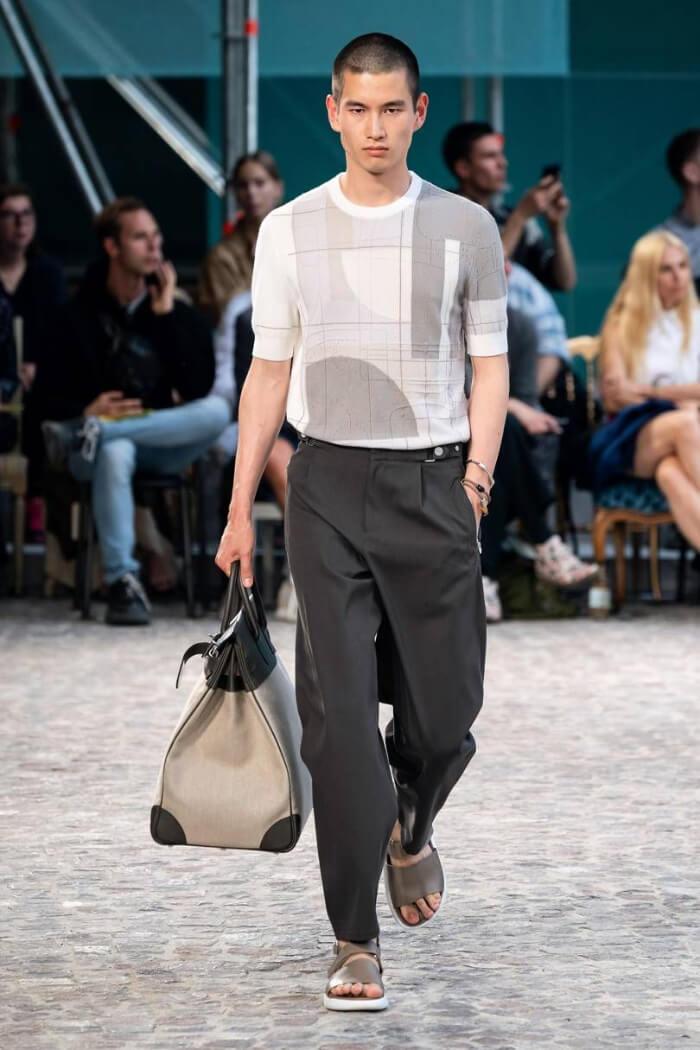 Dép sandal Hermes kết hợp áo phông body và quần âu thích hợp khi tới công sở