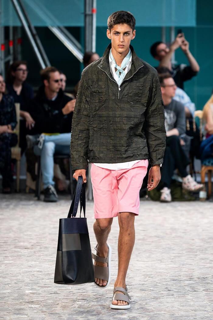 Dép sandal Hermes phối cùng quần short khi đi chơi