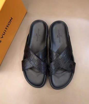 Dép Louis Vuitton nam siêu cấp quai chéo hoạ tiết nổi DLV17