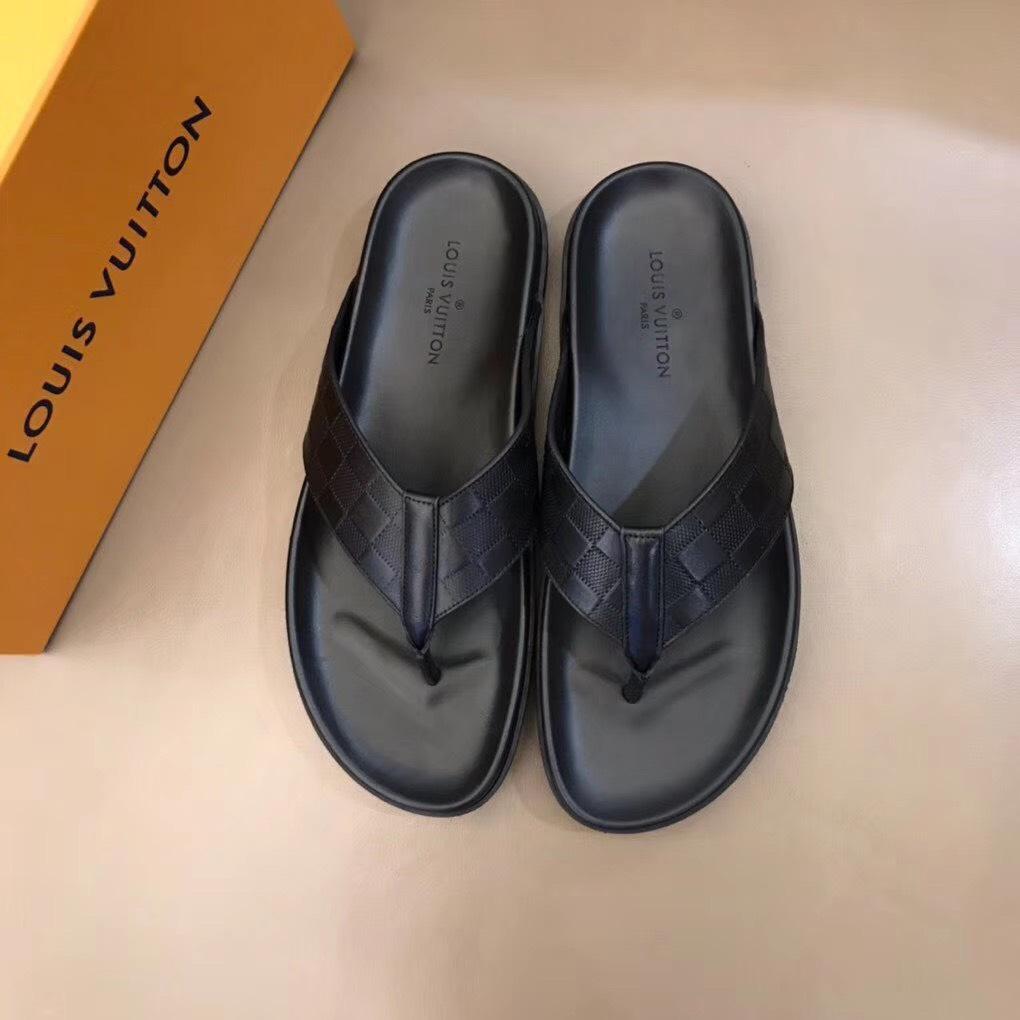 Dép Louis Vuitton nam like auth xỏ ngón hoạ tiết nổi DLV20