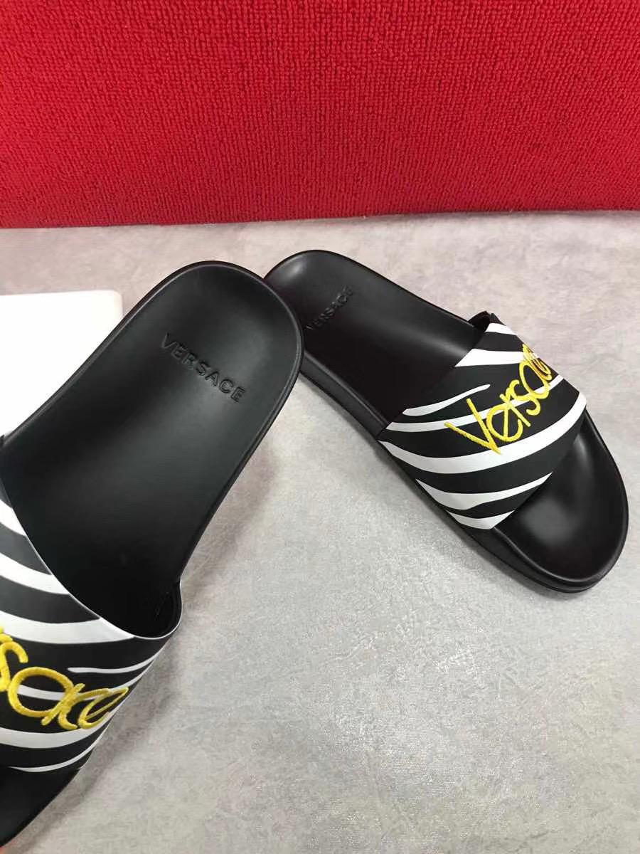 Dép Versace nam siêu cấp đen hoạ tiết logo vàng DVS02