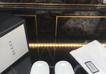 Dép nam Gucci siêu cấp xỏ ngón phối họa tiết logo ong màu trắng DGC46