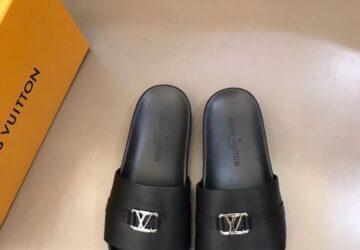 Dép nam Louis Vuitton siêu cấp da đen trơn mặt khóa logo DLV51