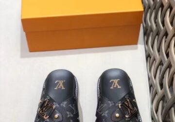 Dép nam Louis Vuitton siêu cấp quai chéo hoa đen khóa logo viền vàng DLV64