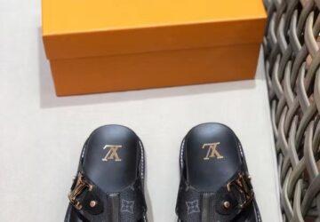 Dép nam Louis Vuitton siêu cấp xỏ ngón hoa đen khóa logo viền vàng DLV54