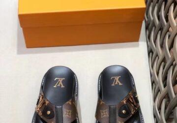Dép nam Louis Vuitton siêu cấp xỏ ngón hoa nâu khóa logo viền vàng DLV55
