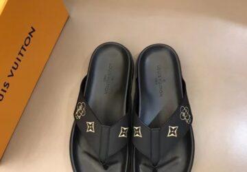 Dép nam Louis Vuitton siêu cấp xỏ ngón màu đen logo hoa vàng DLV61